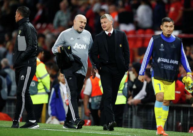 Тренер Манчестер Юнайтед Уле Гуннар Сульшер и его помощник Майк Фелан после матча