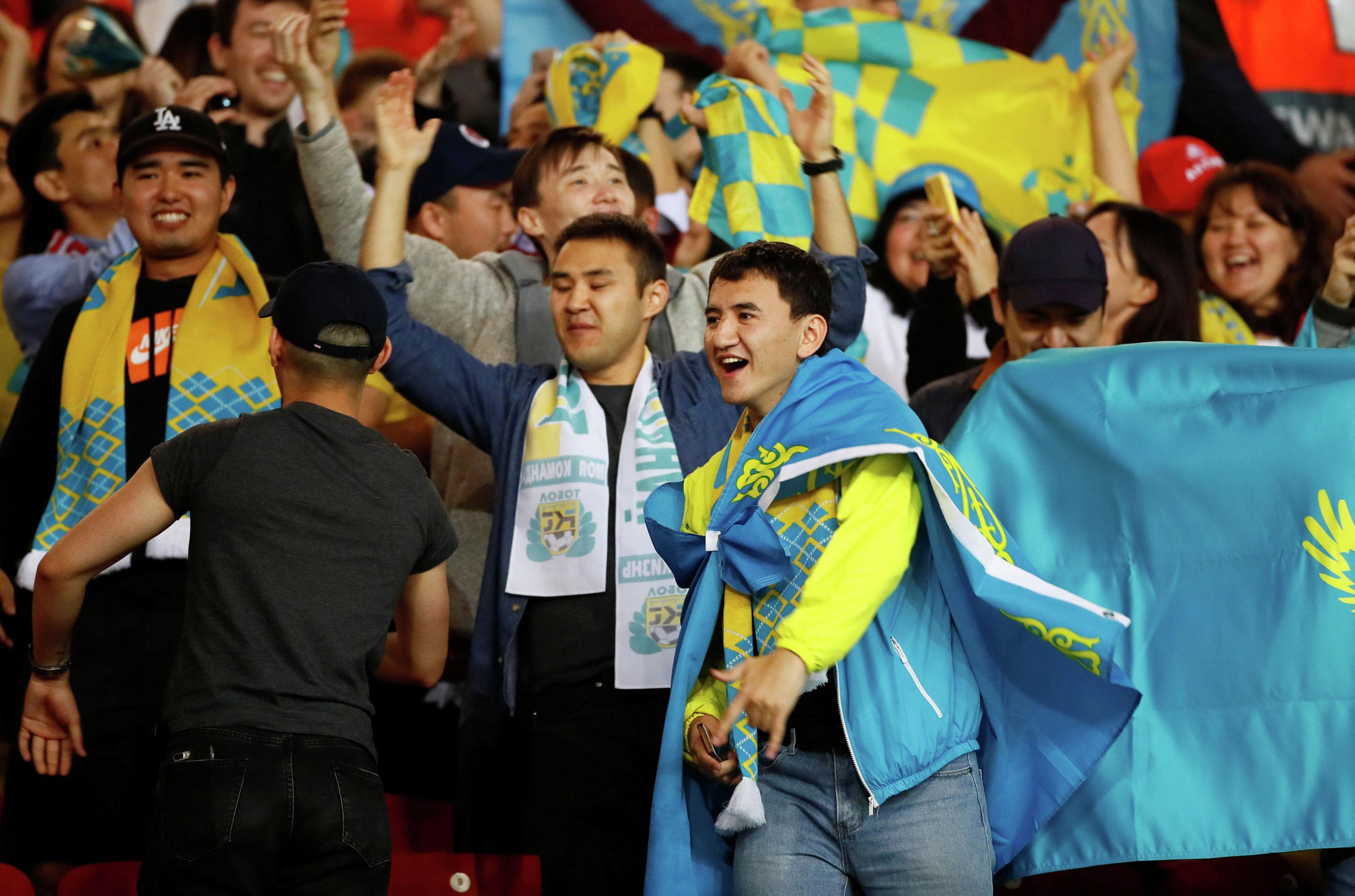 Футбол Футбол - Лига Европы - Группа L - Манчестер Юнайтед - Астана - Олд Траффорд, Манчестер , Великобритания - 19 сентября 2019 года Болельщики Астаны на стадионе перед матчем. Экшн Изображения через Reuters / Jason Cairnduff