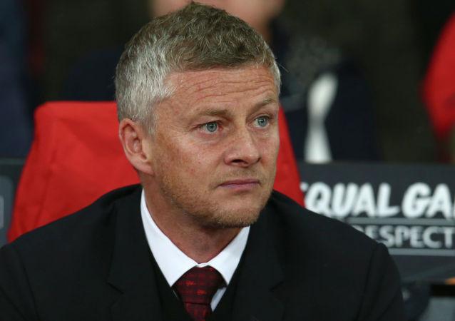 Тренер Уле Гуннар Сульшер наблюдает за футбольным между «Манчестер Юнайтед» и Астаной на стадионе «Олд Траффорд»