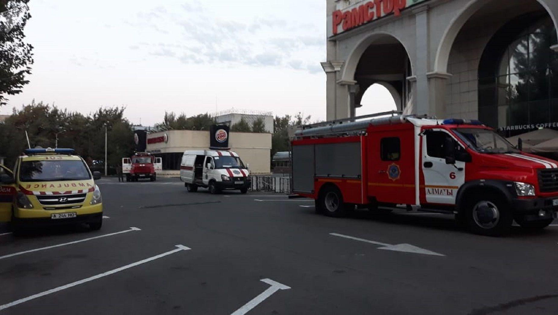 На место происшествия прибыли пожарные расчеты и скорая помощь