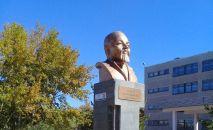 Знаменитый бюст у степногорской школы более двадцати лет вызывает споры