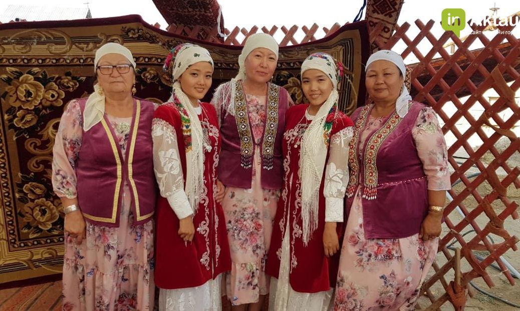 Невесты-близнецы в национальной одежде