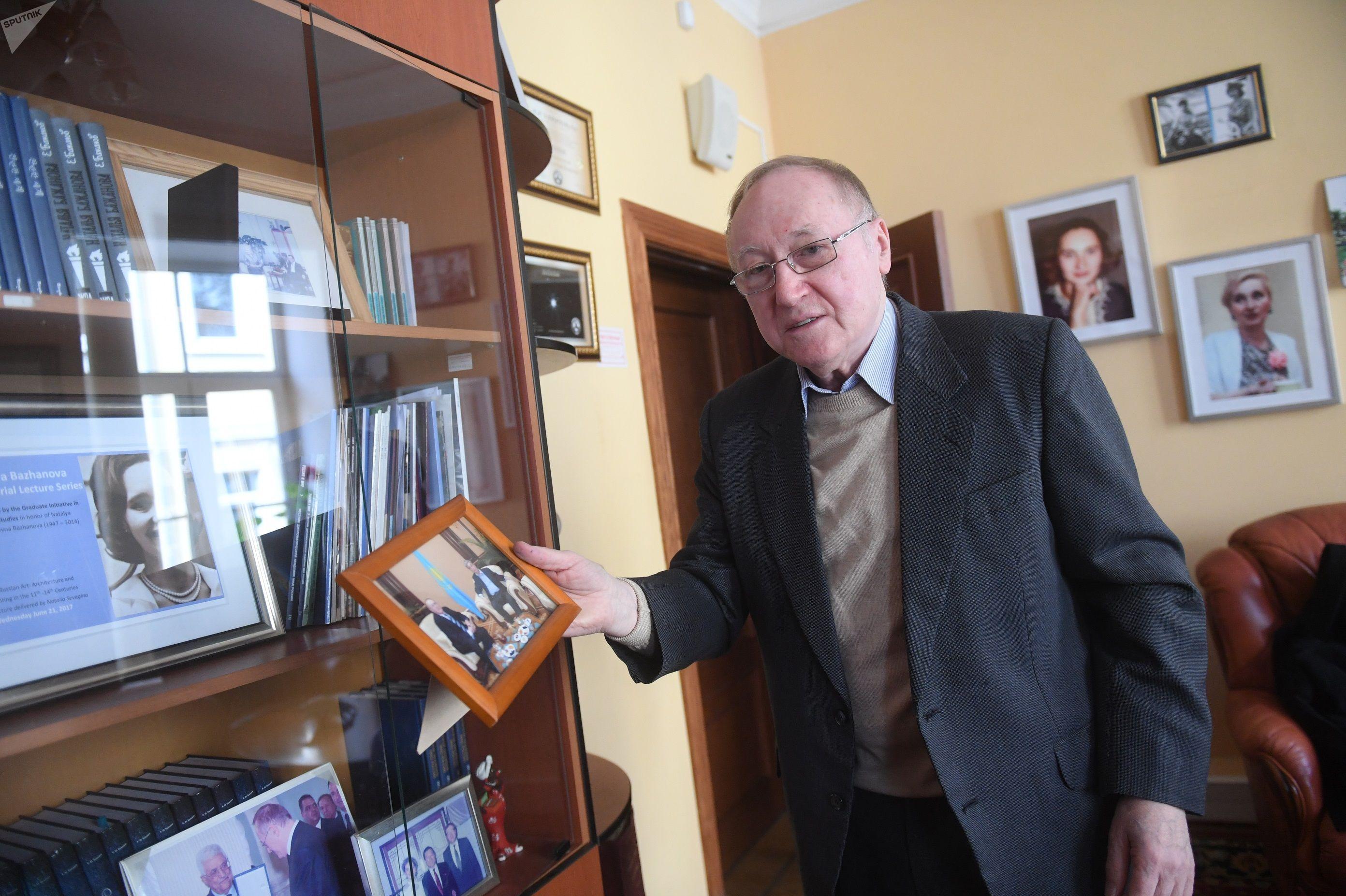 Дипломат Евгений Бажанов показывает фото с Касым-Жомартом Токаевым