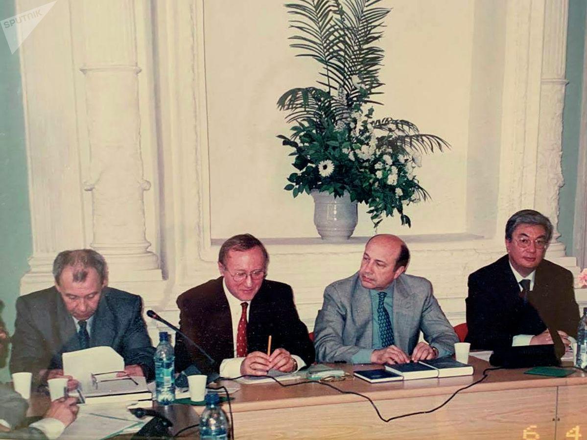 Фото во время защиты Токаевым докторской диссертации