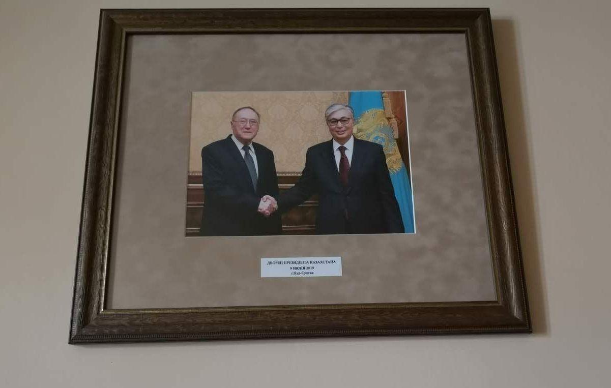 Фото на стене в кабинете Бажанова – встреча в Нур-Султане уже с президентом Токаевым