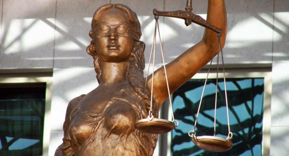 Архивное фото статуи богини правосудия Фемиды у здания Верховного суда Казахстана в Нур-Султане