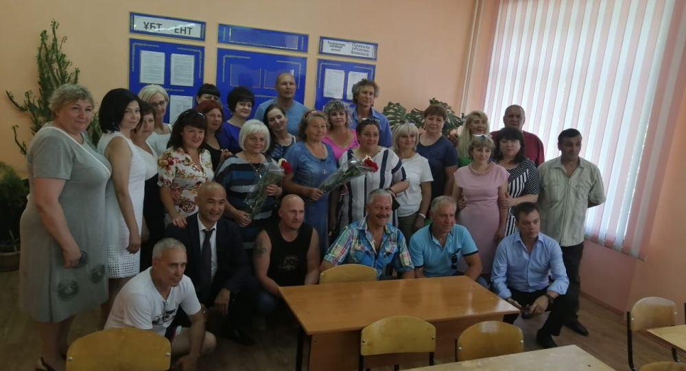 Выпускники вместе со своей учительницей Еленой Касьяновой