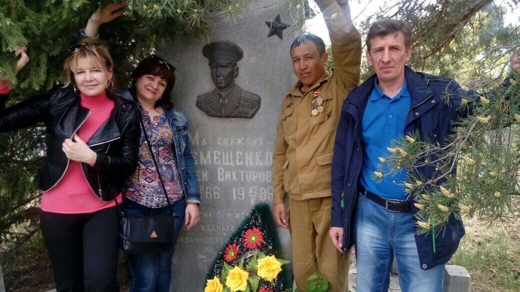 Сережа Демещенко посмертно награжден орденом Красной Звезды. А одноклассники и сегодня собираются на могиле своего друга