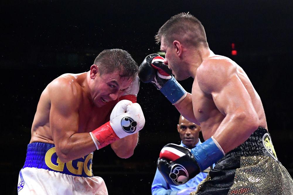 Геннадий Головкин (L) обменивается ударами с Сергеем Деревянченко во время их поединка IBF в среднем весе в Madison Square Garden 5 октября 2019 года в Нью-Йорке