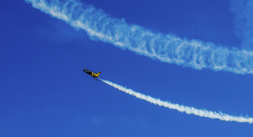 Небо, след самолета. Архивное фото
