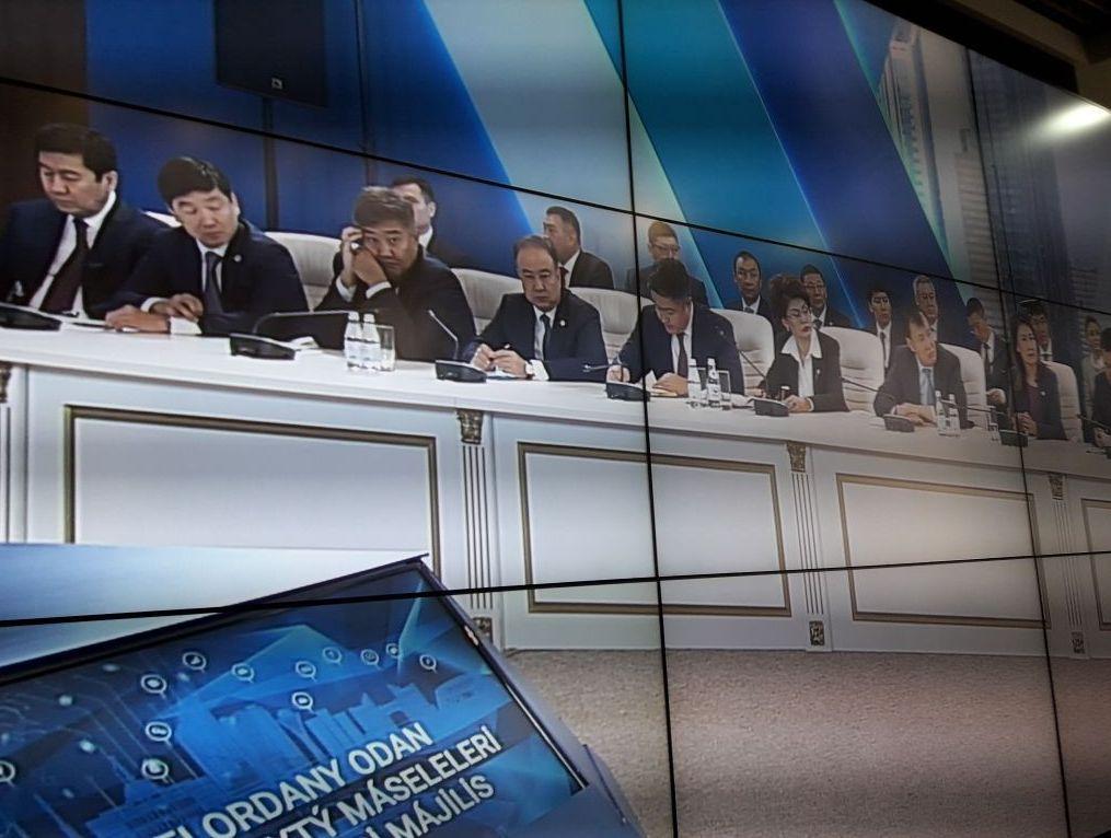 Размещение участников совещания в акимате по вопросам дальнейшего развития столицы под председательством Касым-Жомарта Токаева
