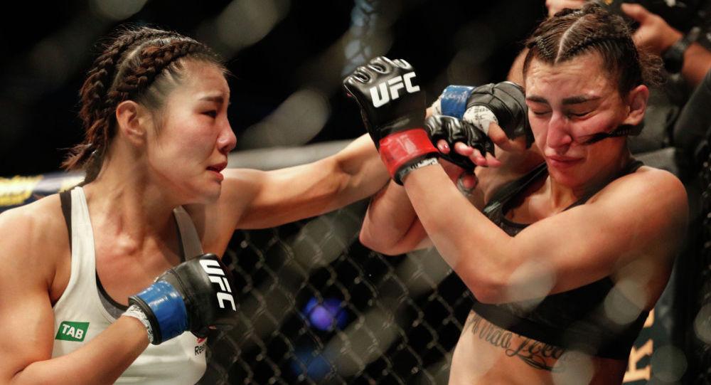 Оңтүстіккореялық Джи Йон Ким австралиялық спортшы Надя Кассимді ұрып жатыр