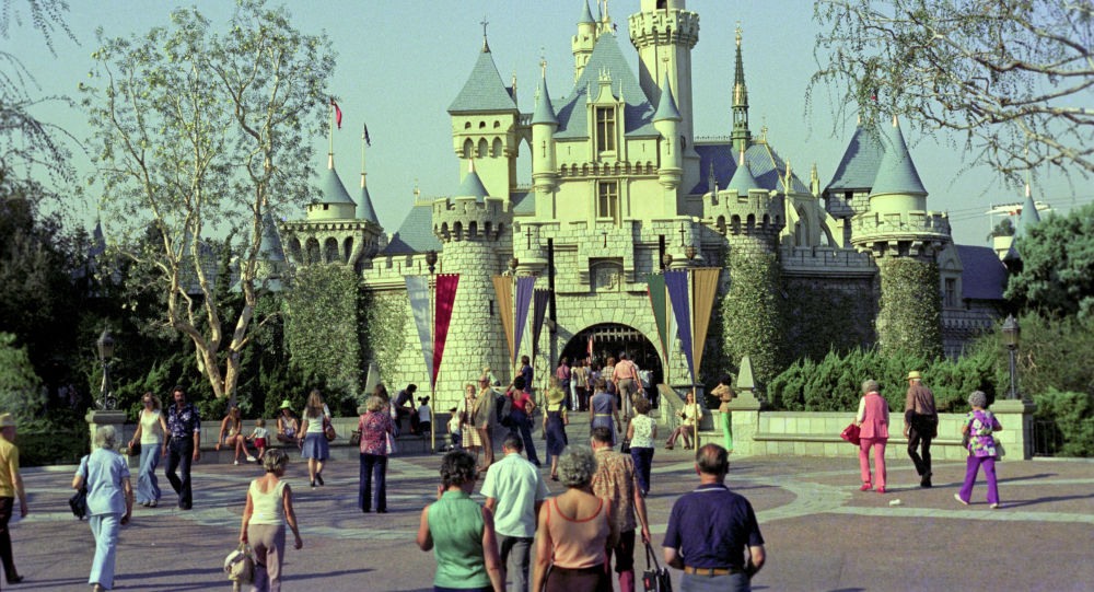 Диснейленд - парк развлечений компании Уолт Дисней в городе Анахайме, архивное фото