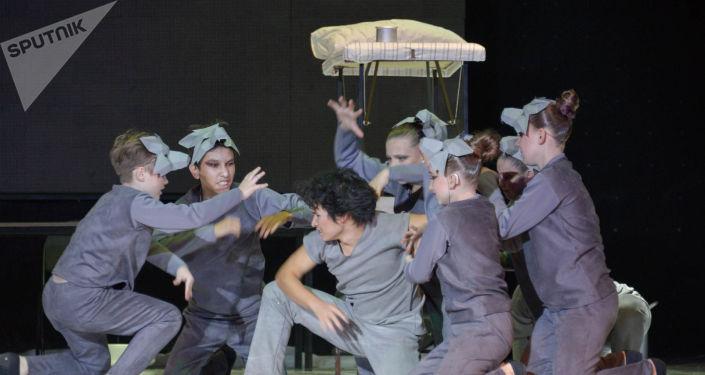 Первый в Казахстане театр особенных актеров, в состав которого вошли 50 ребят в возрасте от 14 до 28 лет с нарушением слуха и синдромом Дауна, появился в Петропавловске
