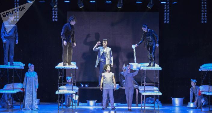 Спектакль прошел на подмостках Дворца молодежи в Петропавловске, в ближайшее время труппа отправится в Караганду, Кокшетау. В воскресенье, 13 октября, премьера состоится в Нур-Султане - на сцене столичного театра Жастар