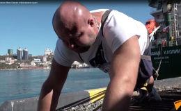 Приморский силач Иван Савкин отбуксировал судно  - видео