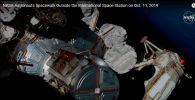 Эндрю Морган выходит в открытый космос