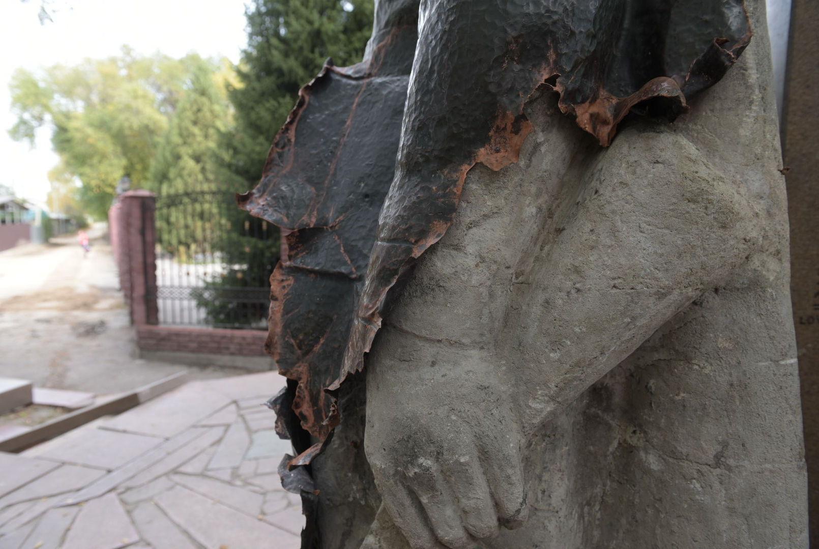 Со скульптуры казахстанцам, погибшим в Великой Отечественной войне вандалы ободрали медное покрытие