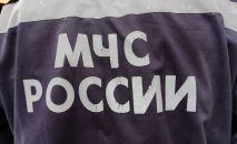Надпись МЧС России на униформе сотрудника пожарной части
