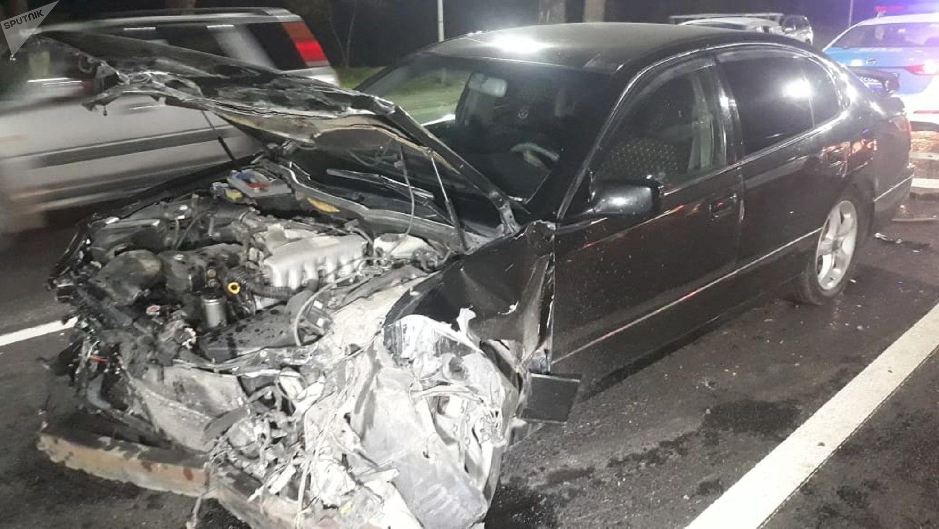 Lexus выехал на спецполосу и столкнулся со скорой