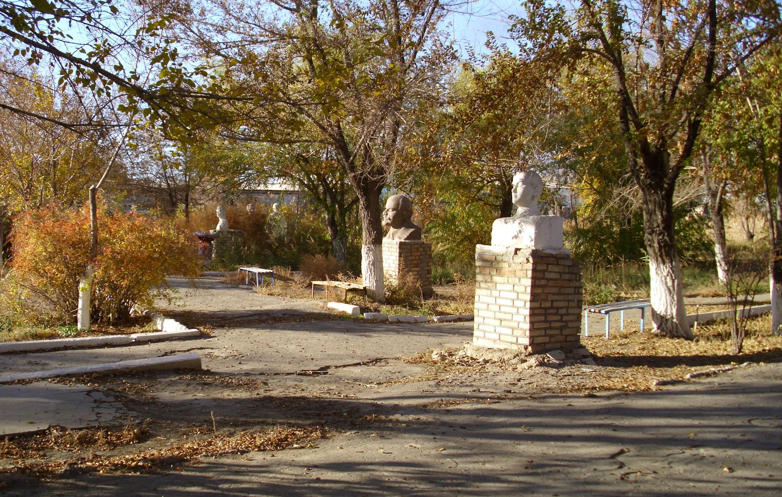 Бюсты Ленина в парке Кызылорды