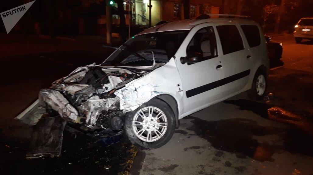 Автомобиль на месте аварии