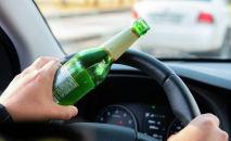 Пьяный водитель за рулем, иллюстративное фото