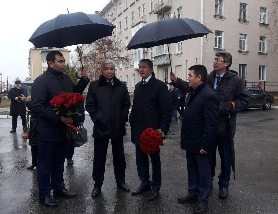 Посол Казахстана в России Имангали Тасмагамбетов на открытии памятника