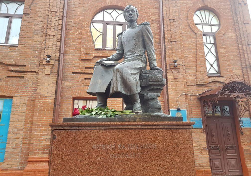 памятник находится у консульства Казахстана в России, в центре Омска
