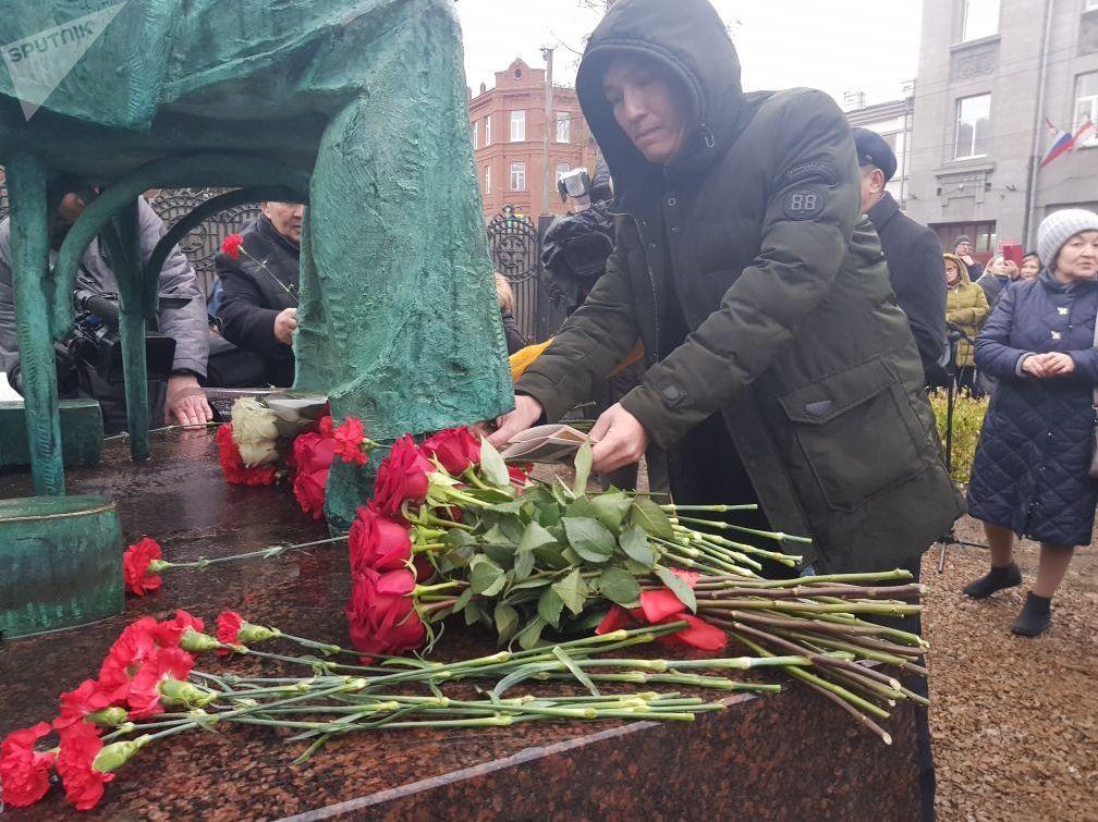 Возложение цветоы к памятнику