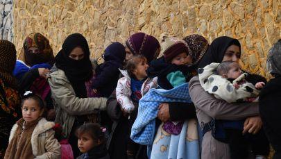 Женщины с детьми на руках в окрестностях провинции Идлиб (Сирия), архивное фото