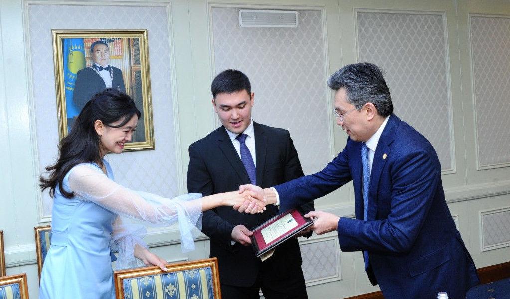Бақыт Сұлтанов жас жұбайларға президенттің құттықтау хатын табыстады
