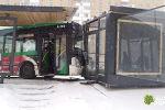 Автобус врезался в теплую остановку