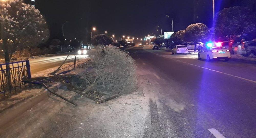 Ниссан снес забор и дерево на ул. Утеген батыра