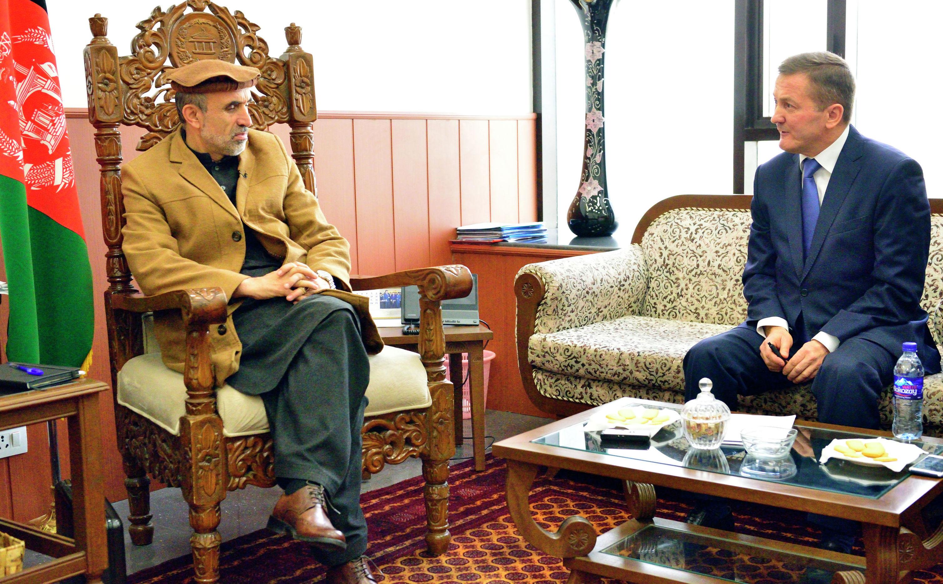 Первый заместитель председателя Мешрано Джирги (верхней палаты афганского парламента) Мохаммад Изидьяр (слева)