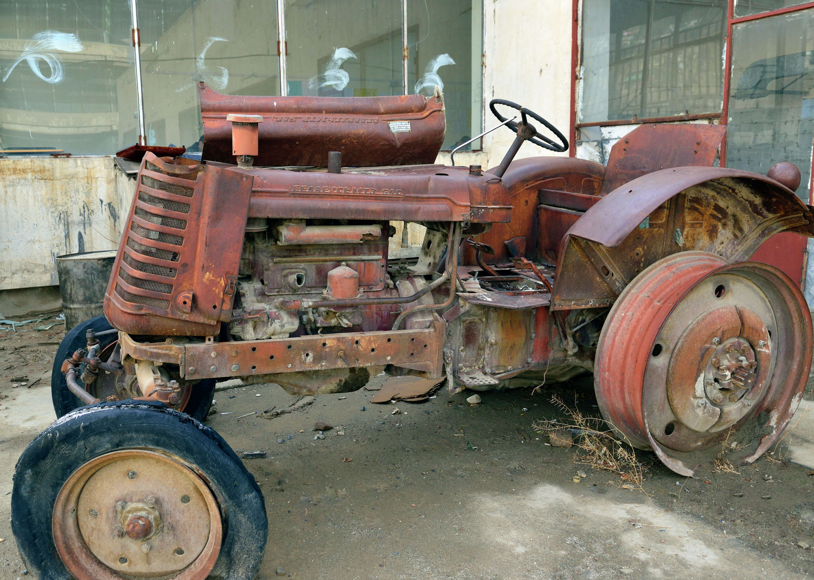 Трактор Беларусь на территории Кабульского политехнического института
