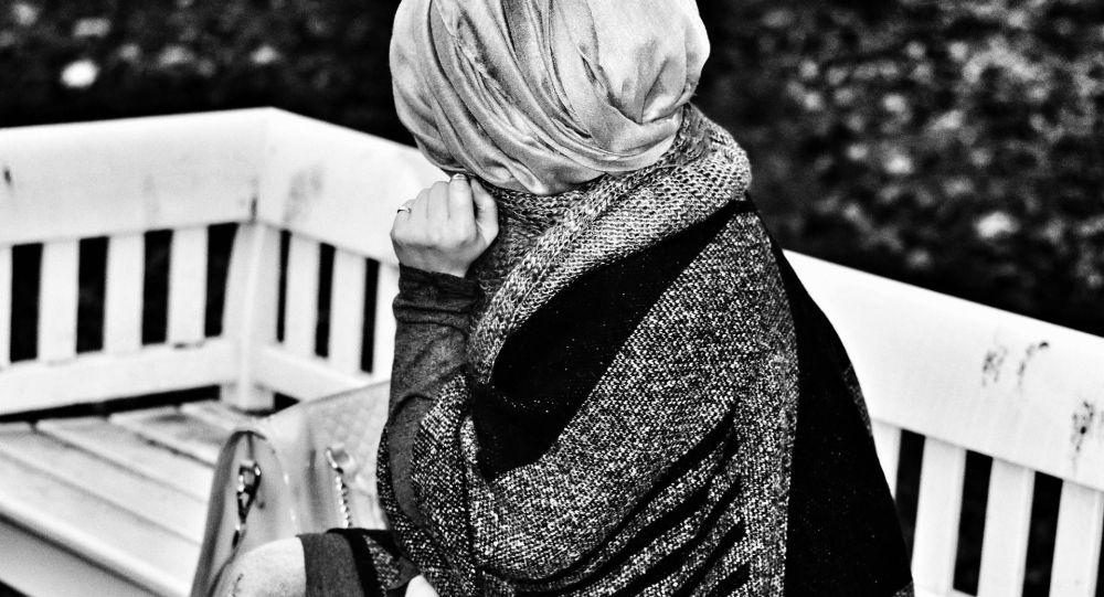Женщина в платке, иллюстративное фото