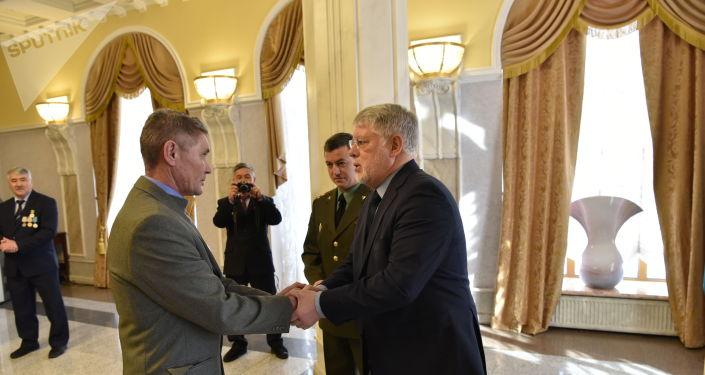 В посольстве России в РК вручили медали За боевые заслуги участнику боевых действий в Афганистане Фаилу Шаисламову