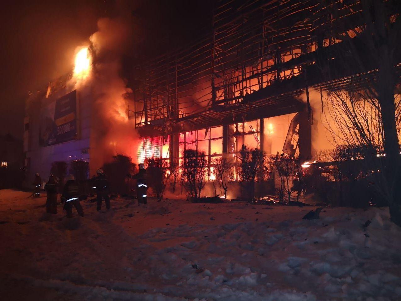Крупный пожар в здании Хайвилл Казахстан тушат в Астане