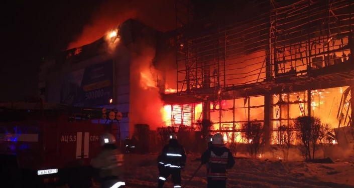 Крупный пожар в здании Хайвилл Казахстан в Астане