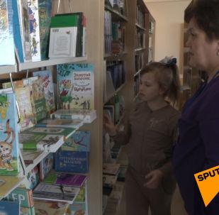 Советник посольства России подарил книги библиотеке для маленьких пациентов в Астане