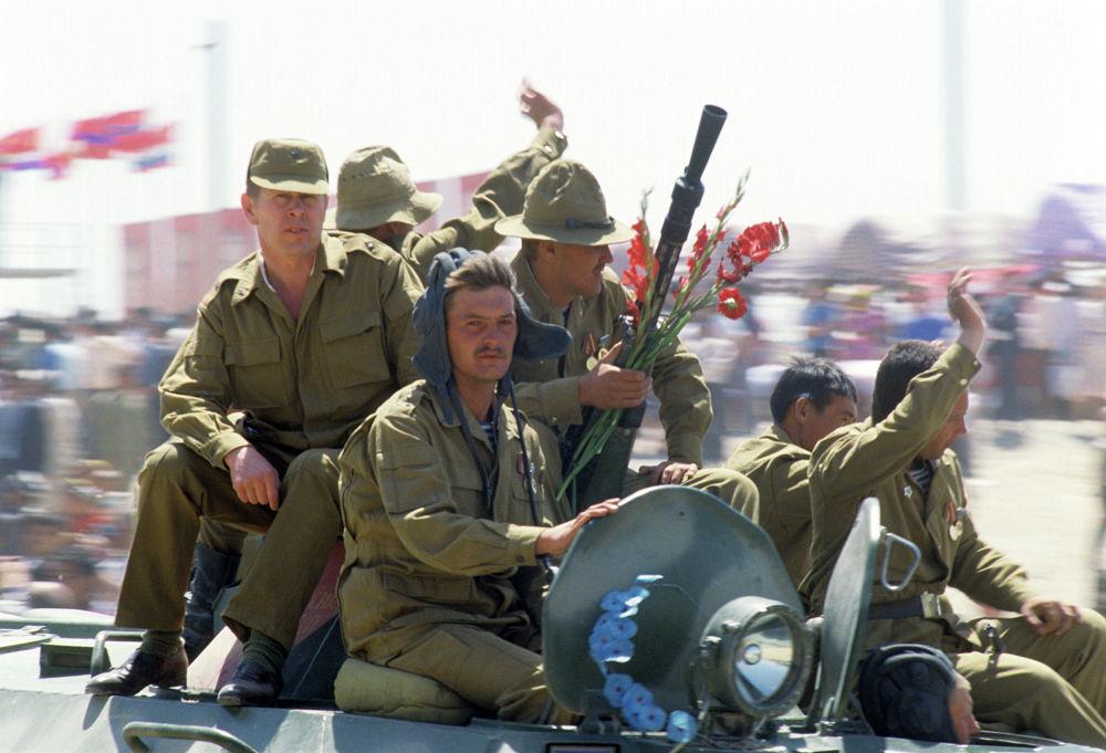 В годы Афганской войны за героизм, проявленный при исполнении воинского и служебного долга, высшего звания Герой Советского Союза было удостоено 86 военнослужащих. На фото: встреча советских воинов-интернационалистов в узбекском Термезе.