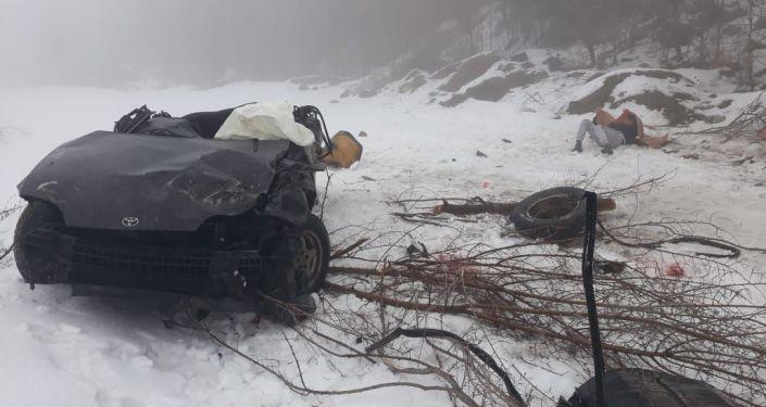 Тойота несколько раз перевернулась и вылетела в кювет в Алматинской области