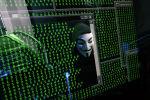 Компьютер алдында бетперде киіп отырған адам, иллюстративті фото