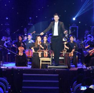 Эмоциональный дирижер оркестра Абылай Тлепберген сорвал овации в Алматы