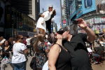 Влюбленная пара целуется на Таймс-сквер возле скульптуры, изображающей композицию со знаменитой фотографии Альфреда Эйзенштадта