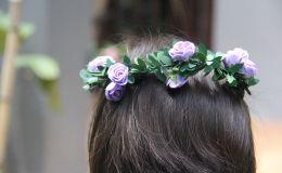 Девочка с цветами в волосах, иллюстративное фото
