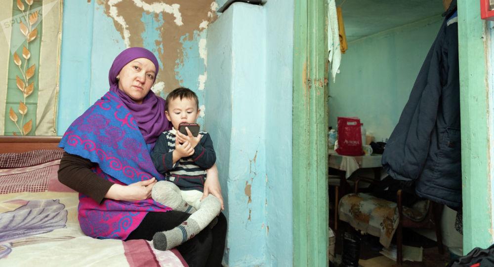 Дом, в котором живет Альмира Кузеубаева очень старый, со стен слетает штукатурка