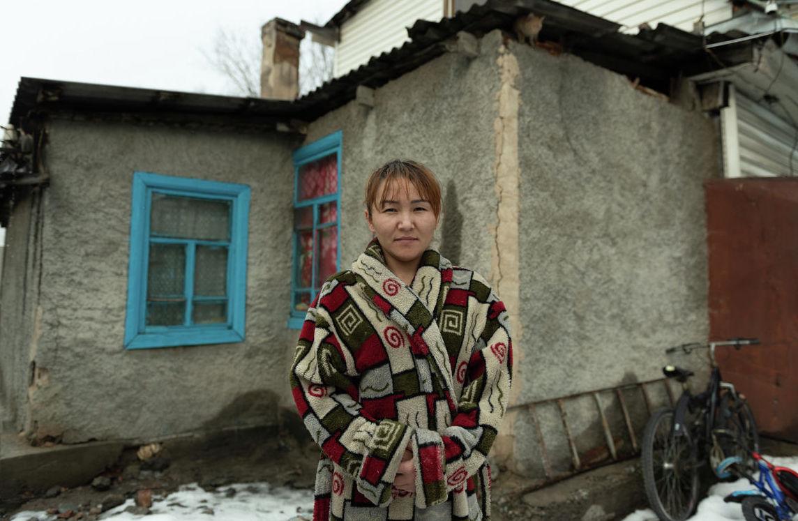 Старый двухкомнатный дом, в котором проживают две семьи Кузеубаевы и Бакирбаевы
