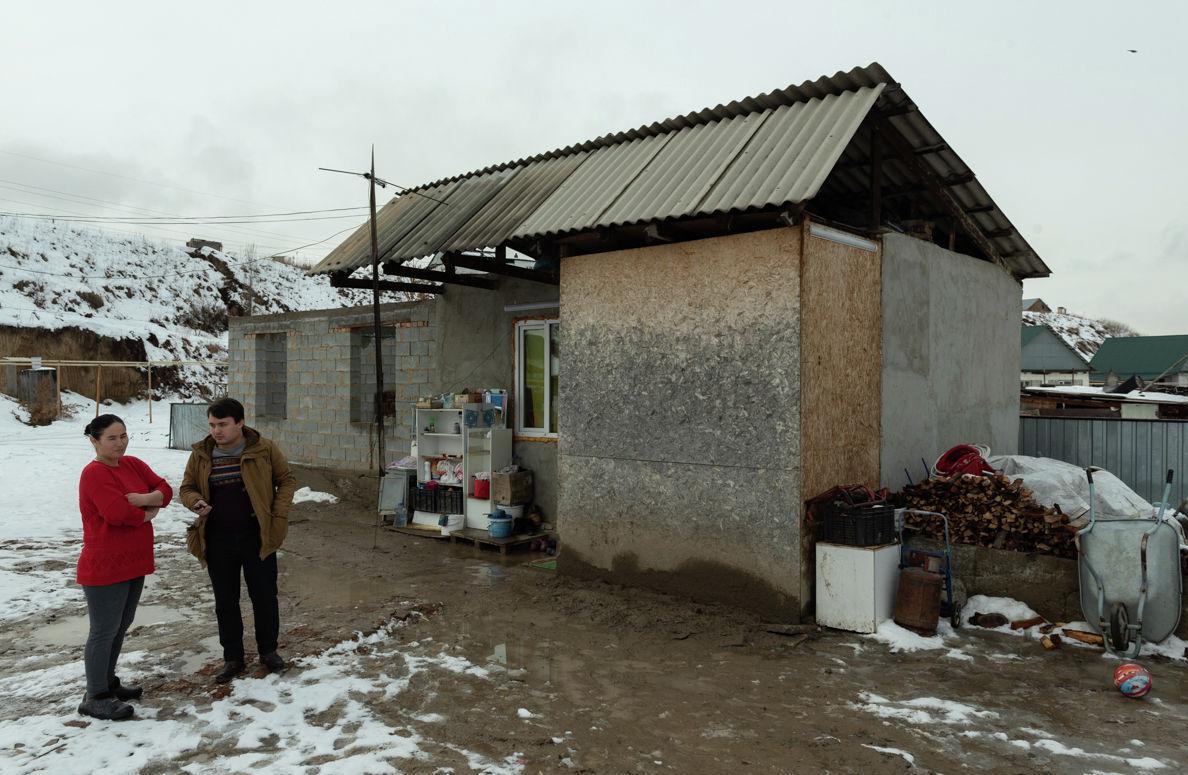 Времянка, в которой живет Анар Токманбетова с шестью детьми